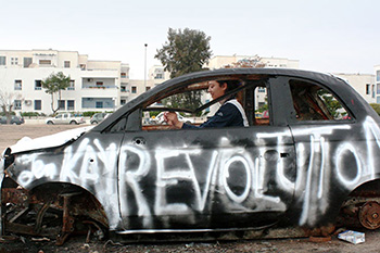 "Faten Rouissi: ""Art dans la rue – Art dans le quartier"", 2011–2013, Performance with car wreck, © Faten Rouissi"