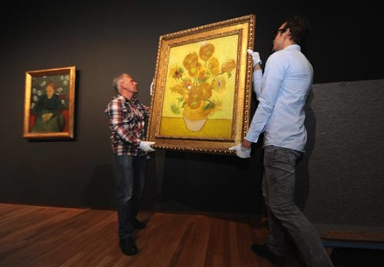 After a 7-month stay in the Hermitage Amsterdam, Sunflowers is returning to the Van Gogh Museum. This top piece will be shown alongside 200 other works during the anniversary exhibition entitled Van Gogh at work, marking the reopening of the Van Gogh Museum on 1 May. Photo: Martijn van den Dobbelsteen