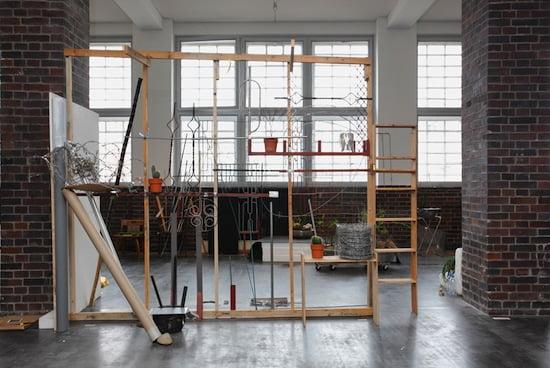 Jewyo Rhii, Fence (Itaewon), 2010-2011 und Fence (Frankfurt am Main), 2013. Installationsansicht MMK Frankfurt, Courtesy the artist and Galerie Ursula Walbröl, Düsseldorf, Foto: Axel Schneider