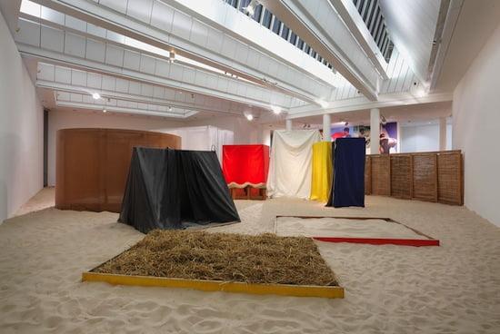 Hélio Oiticica, Éden, 1969/2013. Installationsansicht MMK Museum für Moderne Kunst. Photo: Axel Schneider © MMK Museum für Moderne Kunst.