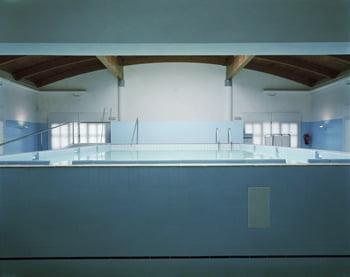 Lynne Cohen, Spa, 2000. Chromogenic print, 141 × 171 cm. © Lynne Cohen. Courtesy Olga Korper Gallery, Toronto